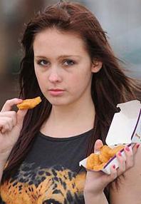 Jovem inglesa de 17 anos está entre a vida e a morte por só comer fast food